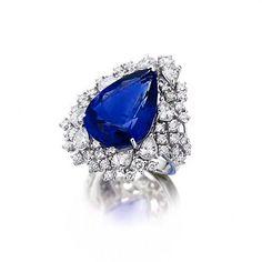 Gianni Lazzaro. Blue Sapphire Ring with white Pear- & Round shaped Diamonds.