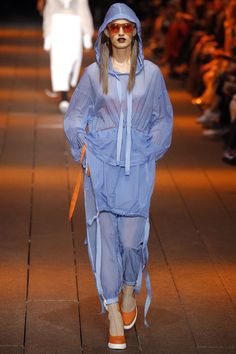 The complete dkny spring 2017 ready-to-wear fashion show now on vogue runwa Sport Fashion, Fashion Week, Fashion 2017, Teen Fashion, Runway Fashion, High Fashion, Fashion Show, Fashion Looks, Fashion Outfits