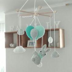 Der kleine Hase liebt es, an den Ballons durch die Wolken zu schweben. Von da oben hat er alles gut im Blick! . Die Farben sind so sehr beliebt und machen dem klassischen Hellblau echt Konkurrenz.  . @cano.10 #häkeln #mobile #baby #baby2017 #baby2018 #kinderzimmer #kidsroom #kinderzimmerdeko #hase #ballon #luftballon #wolken #handarbeit #handmade #mitliebegemacht #tina_empunkt