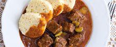 Cibuli nasekejte nadrobno a nechte ji na oleji zesklovatět. Přidejte maso, chvíli opékejte, pak zaprašte paprikou, promíchejte a krátce osmahněte,...