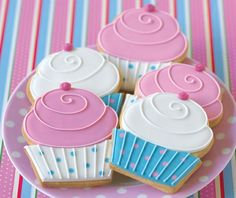 If you love cookies and cupcakes your going to love tthis Fancy Cookies, Iced Cookies, Cute Cookies, Royal Icing Cookies, No Bake Cookies, Cookies Et Biscuits, Cookies Decorados, Galletas Cookies, Iced Biscuits
