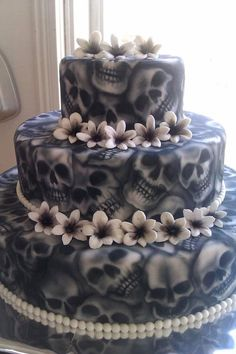 Check Out 20 Halloween Cake Ideas To Try Right Now. Halloween is one of the best times to put your spooky and creative side to work. Scary Halloween Cakes, Halloween Torte, Pasteles Halloween, Bolo Halloween, Spirit Halloween, Halloween Skull, Halloween Horror, Halloween Halloween, Halloween Treats