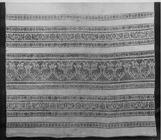 Object name: nappe Date: 1391 - 1400 Material: lin, liseré[tissu] Technique: tissé Place of production: Perugia[IT] Dimensions: hauteur: 97 cm largeur: 400 cm Description: Toile liseré blanc avec bandes en trame de lancé de lin bleu.