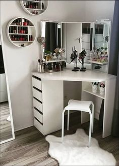 8 effortless DIY ideas to organize makeup according to your personality type. Room Decoration - wood workings bedroom - 8 effortless DIY ideas to organize makeup according to your personality type - Makeup Vanity Case, Diy Vanity Mirror, Makeup Vanities, Vanity Room, Corner Makeup Vanity, Small Vanity, Storage Mirror, Vanity For Bedroom, Storage Drawers