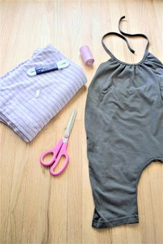 DIY Toddler Romper Tutorial – materials needed Easy DIY Toddler Romper Tutorial! DIY Toddler Romper Tutorial – materials needed Toddler Jumpsuit, Toddler Dress, Toddler Outfits, Baby Outfits, Kids Outfits, Toddler Clothes Diy, Toddler Girl Romper, Babies Clothes, Toddler Crafts