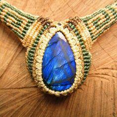 Handmade necklace with espectrolita stone. Macrame.