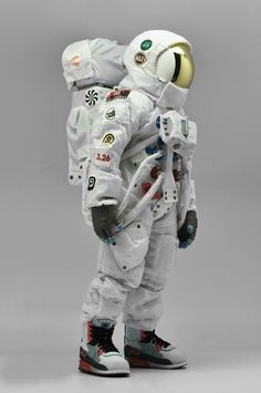 Coolrain Lee pays tribute to Air Max Day with Astronaut Figure | urdesign magazine