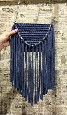 Cómo tejer un bolso de trapillo con flecos fácil - El Cómo de las Cosas Crochet T Shirts, Knit Crochet, Crochet Backpack Pattern, Crochet Shoulder Bags, Yarn Bag, Diy Purse, Handmade Purses, Boho Bags, Crochet Handbags