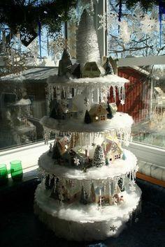 etagere met allerlei kerstspullen.