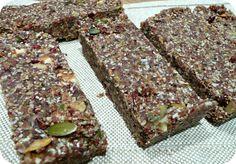 Pour 12 barres: 100g (1t) de noix - 55g (1/3t) de graines de chia (celles de Keimling par exemple) - 55g (1/3t) de graines de lin moulues - 55g (1/3t) de graines de chanvre - 30g (1/4t) de morceaux de cacao crus (cacao nibs) - 30g (1/4t) de noix de coco râpée - 100g (3/4t) de graines de citrouille - 70g (1/2t) de canneberges (cranberries) séches (raisin dans la recette initiale) - 150g (1t) de dattes medjool (environ 12 dattes) - 1 à 2 càs d'huile de noix de coco fondue au besoin*