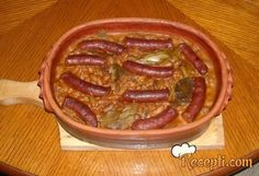 Recept za Domaćinsko slasno tavče. Za spremanje ovog jela neophodno je pripremiti pasulj, luk, kobasice, mast, brašno, alevu papriku, so, lovor.