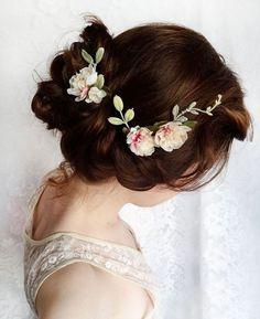 Penteado com flores para noivas românticas.