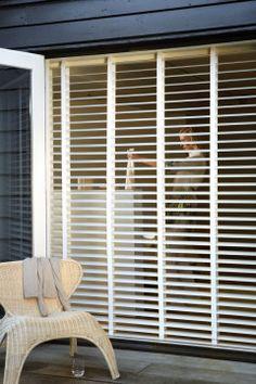 Te koop bij Caspar Dekkers interieurs www.cdinterieurs.nl Luxaflex® Houten Jaloezieën - wit Venetian, Blinds, Windows, Curtains, Living Room, House, Home Decor, Home, Jalousies