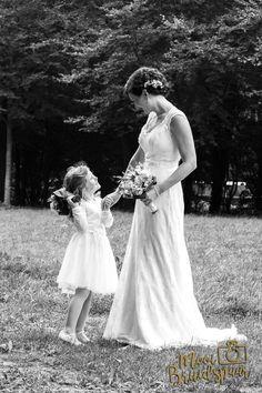 Moeder en dochter in trouwjurk op een fantastische mooie herfstdag