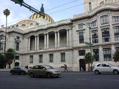 """""""Costado derecho mostrando pasillo con columnas, cúpula y ventanas, caminando alrededor del Palacio de Bellas Artes #10 visto desde la cera de enfrente sobre el eje central"""""""