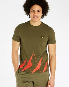This Lyle & Scott fitness graphic T-shirt is inspired by mountain ranges. The design has been made to be minimalistic with added interest of the use of a sheen print. The Lyle and Scott branding is featured on the chest.