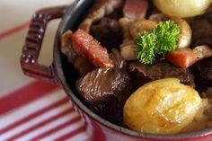 Boeuf bourguignon. Un ragoût classique de la cuisine au vin rouge, ici avec marinade.. La recette par Chef Simon.