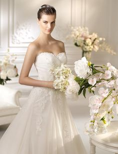 NINO / Wedding Dresses / White One 2013 Collection / San Patrick (close up)