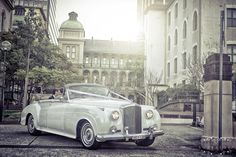 love the #weddingclassiccars, it creates such a beautiful classic feel to the day!