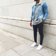 A light blue denim jacket and black skinny jeans are the kind of a winning casual look that you need when you have no extra time. All you need is a great pair of white low top sneakers to complete your look. Rugged Style, Style Casual, Casual Looks, Casual Outfits, Men Casual, Summer Outfits, Streetwear Magazine, Style Brut, Estilo Hipster