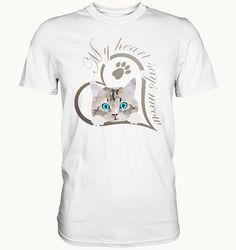Mein Herz sagt miau Katze Kätzchen Geschenk | Seedshirt Süßes Baby Kätzchen, Katze guckt raus. Schönes Design für Katzenbesitzer, Katzen Freunde und Katzen Liebhaber. Schreib etwas dazu und erzeuge so ein persönliches Geschenk. Mein Herz sagt miau. Sayings, Mens Tops, T Shirt, Gifts For Cats, Baby Kitty, Nice Designs, Friends, Heart, Supreme T Shirt