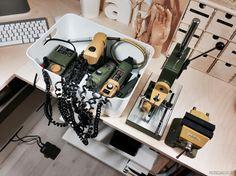 Sähkötyökaluissa luotan Proxxonin laitteisiin. Kuvassa tasohiomakone, pistosaha, hiomakynä sekä porakone ja siihen sopivat pylväsporateline ja taipuisa jatkovarsi. Näiden kaikkien käytöstä tekee mukavampaa lattialla näkyvä jalkakytkin, joka vapauttaa molemmat kädet työn tekoon.