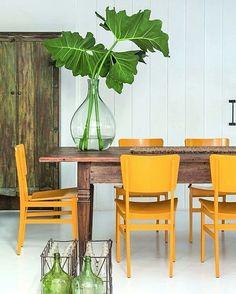 Os matizes neutros dominantes destacam o amarelo das cadeiras (Etel), neste projeto de David Bastos (@dbarq01), em Trancoso. Destaque também para o vaso, com imensas folhas tropicais. #revistacasaclaudia #decoração #decor #decoration #casa #house #home #casadepraia #amarelo #yellow #tropicaldecor