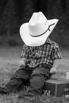 Maybe with Dad's big boots our old suitcase instead ofthe hat crate? Little cowboy - JPG Photos Baby Boy Photos, Baby Pictures, Cute Pictures, Birthday Pictures, Cowboy Girl, Little Cowboy, Cowboy Cowboy, Cowboy Baby, Camo Baby