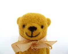 Feutre aiguilleté broche ours, jaune ours, cadeau pour un ami, dans la boîte, Broche main