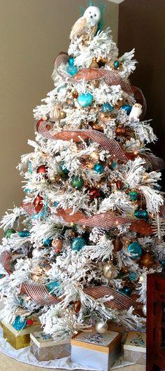 Christmas Tree ● Flocked Tree I want a flocked tree next year! So pretty!