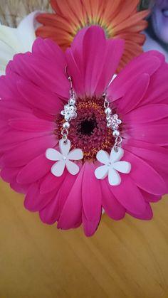"""CADEAU ORIGINAL BOUCLES D'OREILLES """"Les petites fleurs blanches"""" : Bijoux enfants par la-fabrique-des-elfes"""