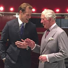 The Duke of Rothesay, as Prince Charles is known in Scotland, visited the Royal Conservatoire this morning, where he met with Outlander star Sam Heughan. Sam Heughan Caitriona Balfe, Sam Heughan Outlander, Sam Heughan Family, Glasgow, Sam Heughan Actor, Laughing Photos, Outlander Characters, Serie Outlander, Outlander 2016