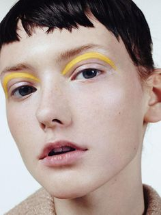 Three Essential Make Up Tips: Eyeliner Makeup Black, Yellow Makeup, Graphic Makeup, Graphic Eyes, Makeup Trends, Makeup Inspo, Makeup Ideas, Makeup Tutorials, Grafik Eyeliner