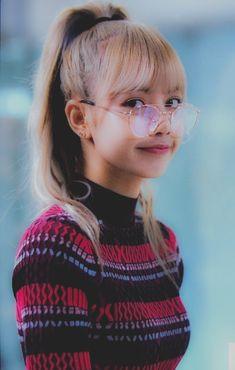 Lisa is very beautiful. Kim Jennie, Kpop Girl Groups, Kpop Girls, Lisa Blackpink Wallpaper, Black Pink Kpop, Mode Rose, Blackpink Members, Foto Casual, Blackpink Photos