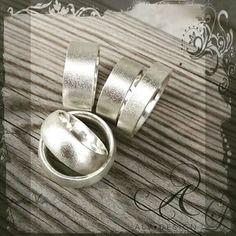 Alv Design rustika, handgjorda silverringar, här med matterad yta i flack eller rundad modell. Se mer i vår webbutik  www.alvdesign.se  Välkomna!