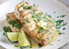 Il pesce spada al forno si prepara ponendo il pesce in un tegame a cui aggiungeremo un trito di aglio e prezzemolo, bagneremo con il vino e corsparge...