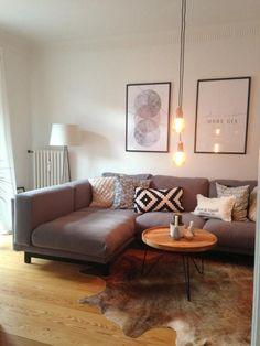 Gemütliche Wohnzimmereinrichtung mit warmem Licht, modernen Bildern und schönem Ecksofa mit Kissen. #Einrichtung #interior #Wohnzimmer