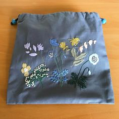 去年の12月につくったきんちゃく袋。 * * 1色刺繍の図案を好きな色で刺そうと思った最初の作品。 * * 秋冬だったので落ち着いた色を選んでいたのがよくわかります。 * * お気に入りになって、 普段よく使うきんちゃく袋になりました * * * #刺繍 #刺繍初心者 #刺しゅう #刺繍小物 #きんちゃく #ハンドメイド #樋口愉美子 さん #1色刺繍と小さな雑貨