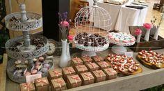 Postres gourmet con diseño vintage en tonos menta, rosa y blanco para una primera comunión. Cotizaciones: info@ohlala-eventos.com