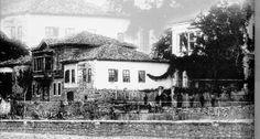 Isparta  Dürbeyoğlu Papazoğlu Evi (sağda) savaş sonrası ilkokul olarak kullanılmıştır.