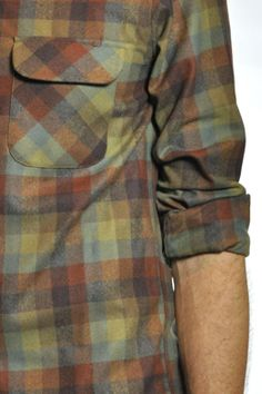 Love guys in plaid! Fashion Details, Fashion Men, Tartan, Plaid, Flannel Shirts, Fishing Outfits, Mens Fall, Weaving Patterns, Trapillo