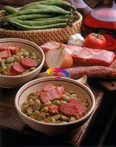 [Fave con pancetta e salsiccia] Sbucciate lo spicchio d'aglio e tritatelo, pulite la cipolla e tagliatela sottilmente.     Tagliate a fettine la pancetta ed il salame.     Mettete il burro in una casseruola fatelo sciogliere, unitevi l'aglio la cipolla tritata e fateli appassire, unite il pomodoro sminuzzato e le fave, bagnate con mezzo litro di acqua e lasciate cuocere per circa 15 minuti, unite la pancetta ed il salame e continuate la cottura per altri 15 min circa. Regolate il sale e…