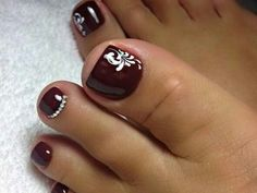 Semi-permanent varnish, false nails, patches: which manicure to choose? - My Nails Pretty Toe Nails, Cute Toe Nails, Fancy Nails, My Nails, Simple Toe Nails, Toenail Art Designs, Pedicure Designs, Toe Nail Designs, French Pedicure