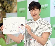"P01 of P15 | [http://news.kstyle.com/article.ksn?articleNo=2047822] |  【PHOTO】イ・ミンホ、紅蔘ブランドのファンサイン会に出席""爽やかな笑顔"" - ENTERTAINMENT - 韓流・韓国芸能ニュースはKstyle"
