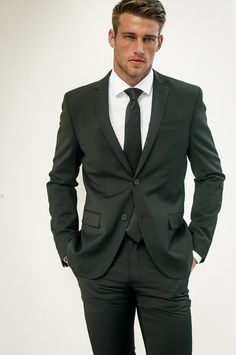 Pairing a charcoal blazer and charcoal dress pants will allow you to flaunt your outfit coordination skills. Heath Hutchins, Mode Masculine, Sharp Dressed Man, Well Dressed Men, Fashion Night, Look Fashion, Suit Fashion, Charcoal Dress, Charcoal Gray