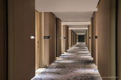 PLD刘波设计顾问有限公司 Hotel Hallway, Hotel Corridor, Hallway Ceiling, Hallway Lighting, Hotel Lobby Design, Hotel Design Architecture, Lux Hotels, Building An Addition, Elevator Lobby