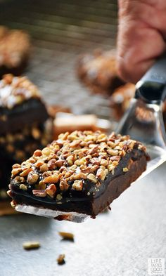 Salted Chocolate Caramel Bars are a chocolate lovers dream cookie! An easy recipe and delicious too makes for the perfect combination when your sweet tooth gets demanding. Salted Caramel Cake, Caramel Bars, Salted Chocolate, Chocolate Lovers, Chocolate Recipes, Caramel Brownies, No Bake Desserts, Easy Desserts, Dessert Recipes