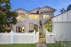 Love how they've kept the downstairs left side open as a verander/outdoor living area. Queenslander House, Weatherboard House, Style At Home, Brisbane Architecture, Australian Homes, Facade House, Exterior Color Schemes, House Front, House Colors