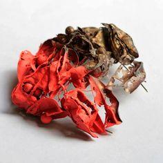 Broche de latón, de  Sarah Robinson Lopez - at Fabrika12, Valencia