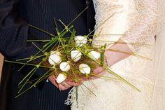 Ramo de novia moderno en estructura y con camelias